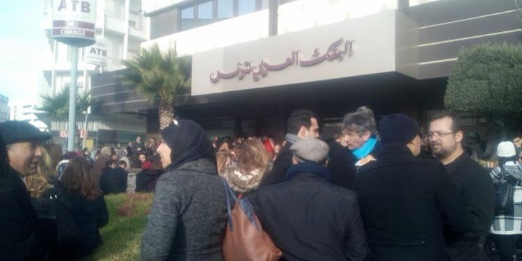 """فيديو /مرة اخرى : احتجاج أعوان البنك العربي لتونس ..ورفع شعار """" ديقاج """""""