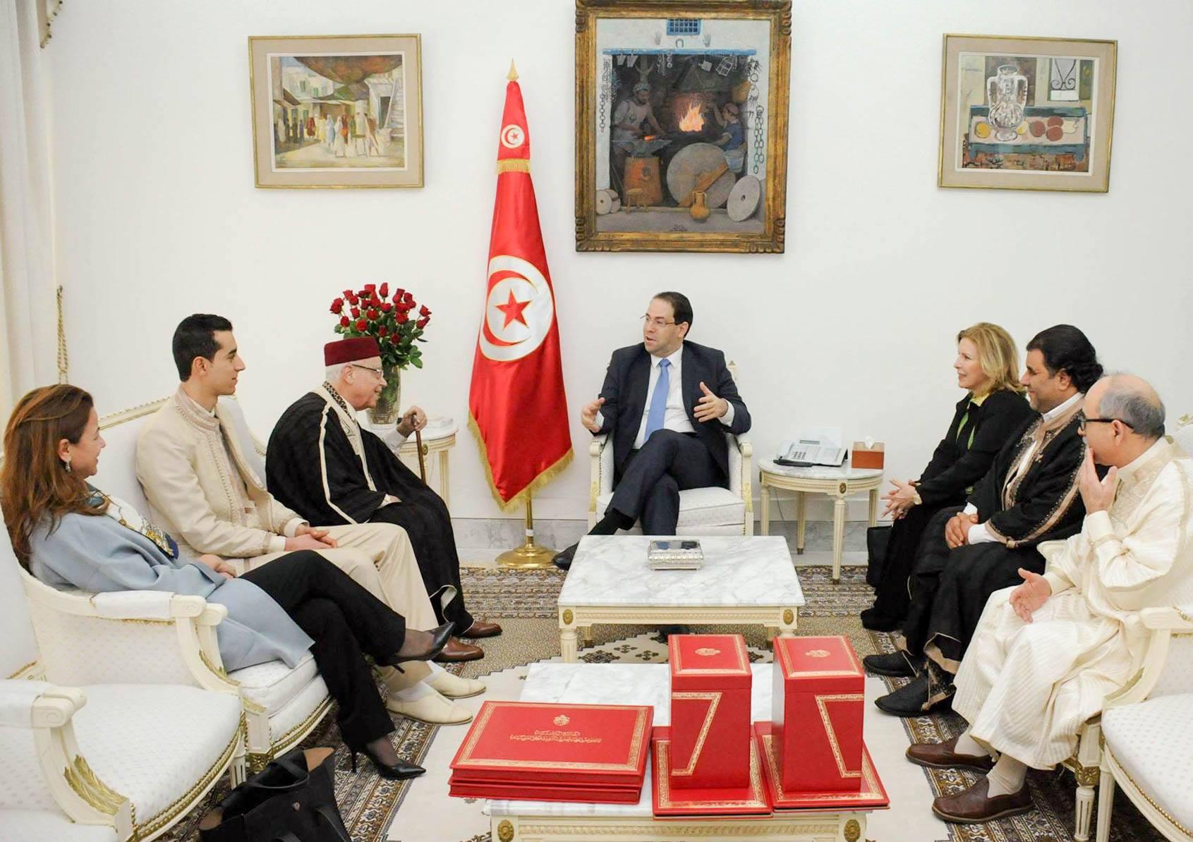 بمناسبة يوم اللباس التقليدي: رئيس الحكومة يكرّم عددا من الحرفيين