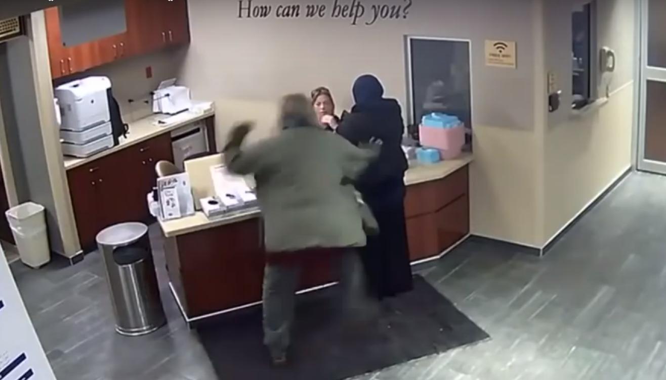 فيديو : اعتداء عنصري عنيف على شابّة محجّبة في ولاية ميشيغان الأمريكيّة!