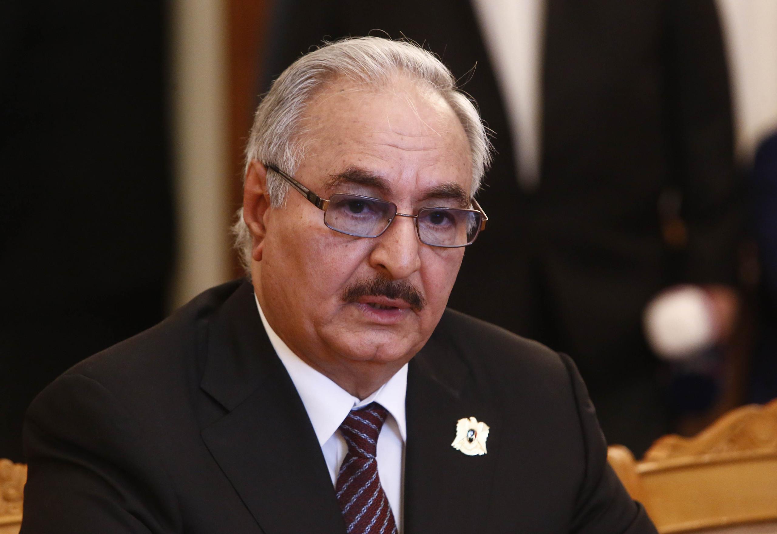 """بعد نفي مُتكرّر/ الجيش الليبي يُقرّ: """"حفتر أُصيب بجلطة ويُعالج في باريس"""""""