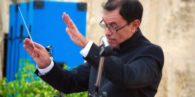 استبق الاستقالة : وزير الثقافة يُقيل قائد الأوركستر السمفوني
