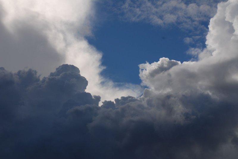 الليلة: سحب رعدية وأمطار متفرقة