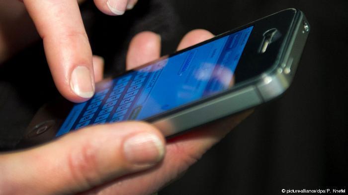 باحثون أمريكان: اللون الأزرق في الهاتف يتسبّب في العمى