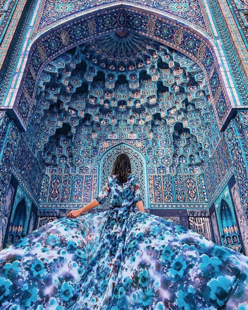 """صور / """"فتاة في ثوب""""… تجوب العالم بفساتين ساحرة"""