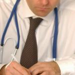 كاتب عام نقابة الأطباء والصيادلة: 800 طبيب يهاجرون سنويا إلى الخارج