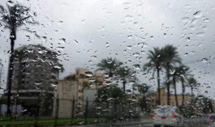 طقس اليوم: أمطار متفرّقة ورياح قوية
