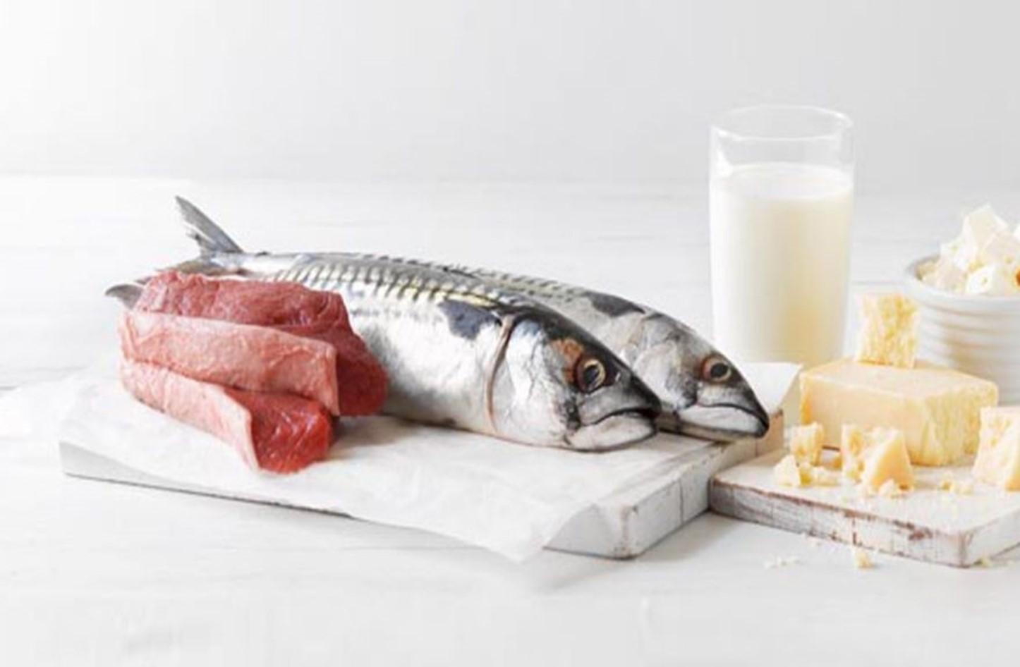الطبّ يُفنّد كذبة شائعة: الجمع بين السّمك والحليب لا يُسبّب البرص