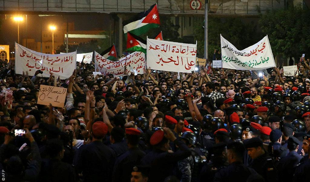 """الأردن : الوزراء يُطردون من كل الأنشطة على هتاف """"حكومة حرامية"""""""