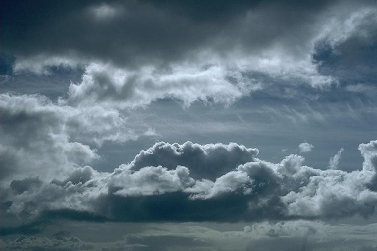 طقس اليوم: سحب عابرة وانخفاض في درجات الحرارة