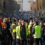 فرنسا: قتيل و400 جريح في احتجاجات على غلاء المعيشة