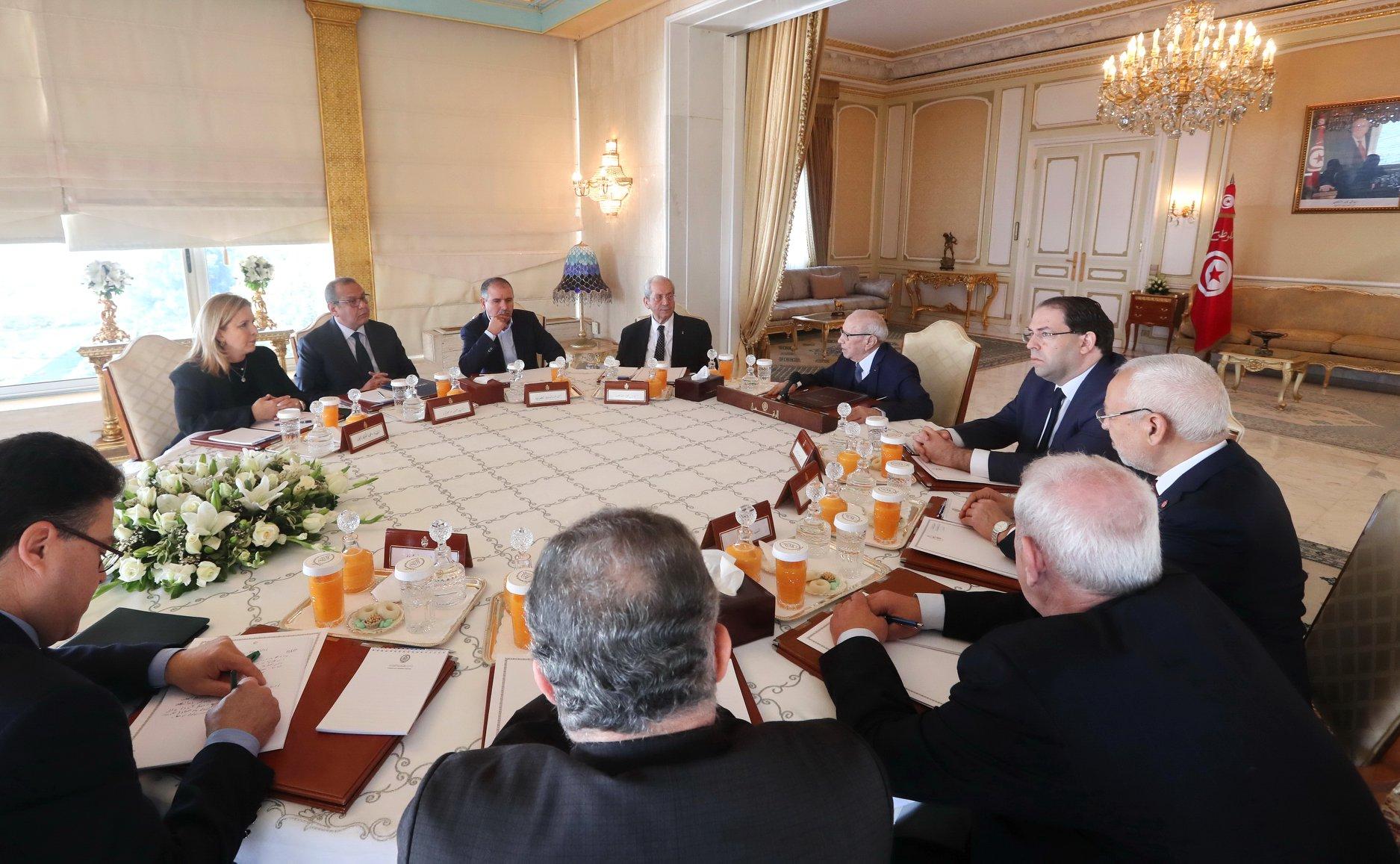 خفايا اجتماع القصر: نقد لاذع للحكومة وللبرلمان .. والنهاية بالكسكسي