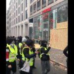 """فيديو/ مُحتجّون من السُترات الصفراء يعتدون على مقرّ """"Tunisair"""" بباريس"""
