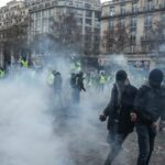 """فرنسا: محتجو """"السترات الصفراء"""" يطالبون باستقالة ماكرون"""