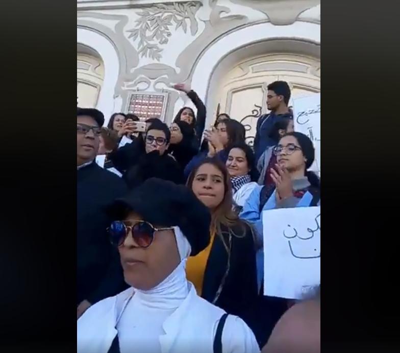 """فيديو/ العاصمة: وقفة احتجاجية لأصحاب """"السترات البيضاء"""""""