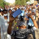السودان : عمر البشير يُشبه الوضع بتونس ويحجب مواقع التواصل الاجتماعي