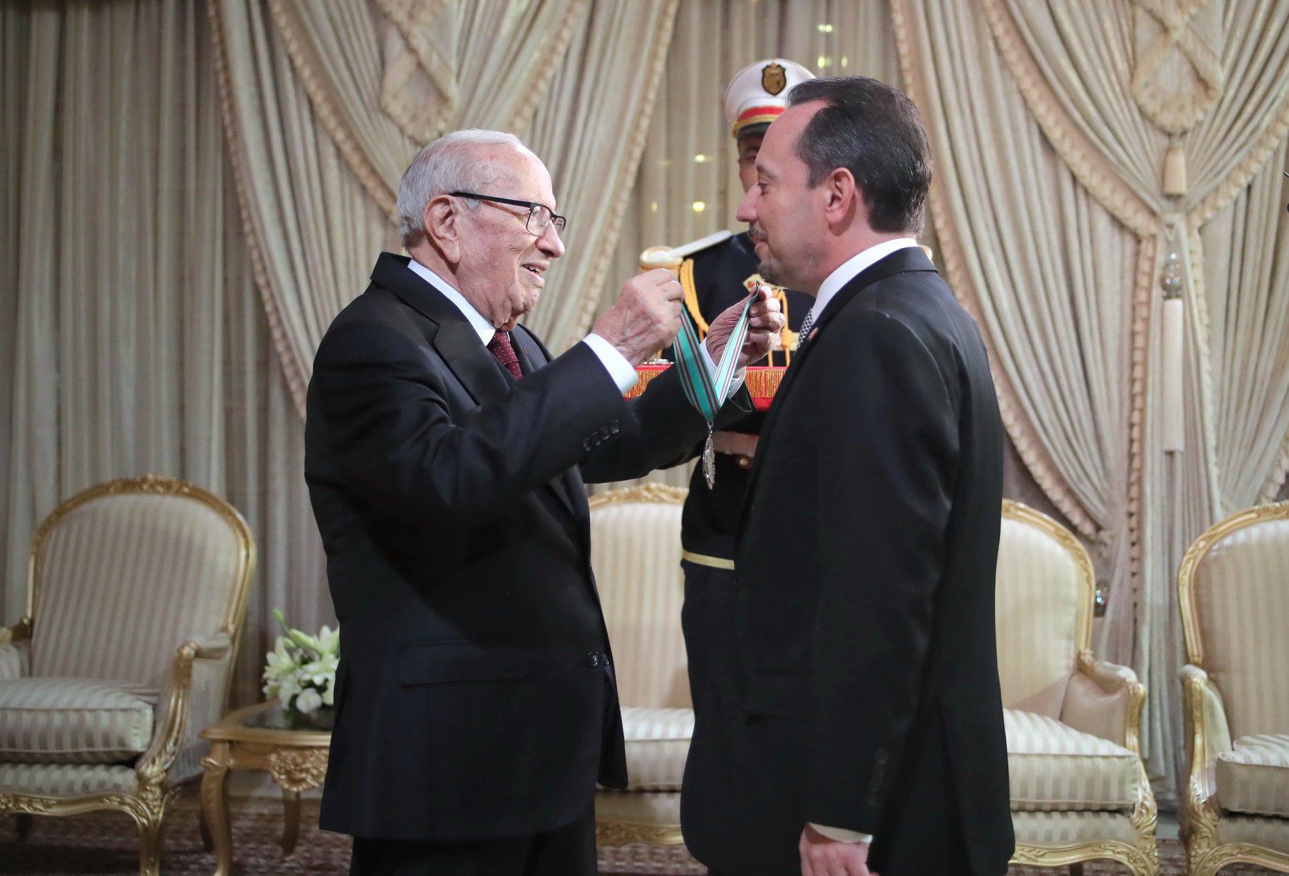 قائد السبسي يمنح سفير أمريكا المُغادر وسام الجمهورية