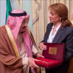 صور : سعاد عبد الرحيم تُسلّم الملك سلمان مفتاح مدينة تونس