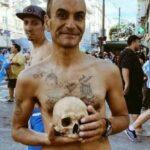 مشجّع أرجنتيني يحتفل باللقب مع جمجمة جدّه
