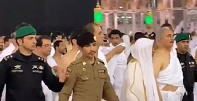 فيديو: حفتر يؤدي مناسك العمرة وسط حراسة مشددة