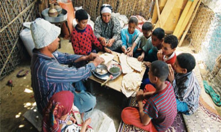 """""""التايمز"""": 20 ساعة عمل في مصر لشراء كلغ لحم.. وإفطار الفقراء بقايا أطعمة متعفنة !"""