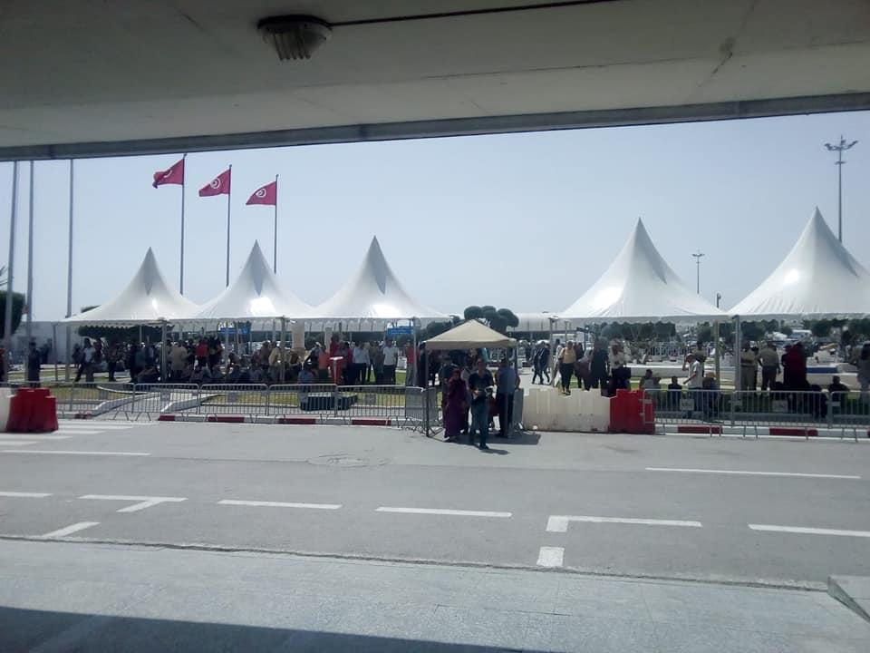 صور: تركيز خيام أمام مطار قرطاج