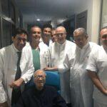 صورة اليوم: الباجي يتوسط الفريق الطبي لدى مغادرته المستشفى