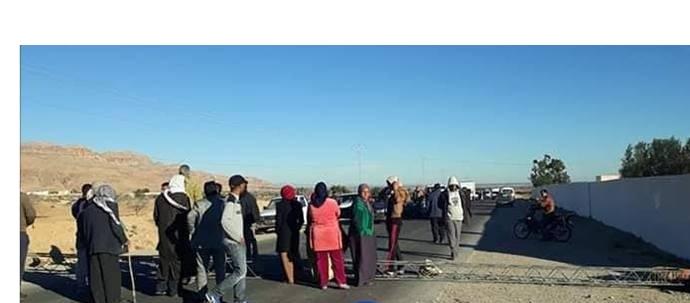 """تواصل الاحتجاجات على انقطاع الماء: أهالي """"بريكات العرقوب"""" يجددون غلق الطريق"""