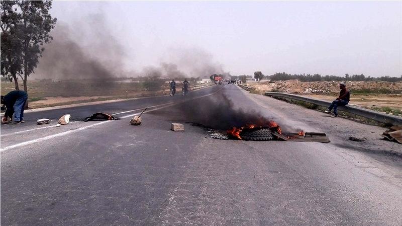 انقطاع الماء : مُحتجّون يُغلقون الطريق الرابطة بين القيروان وسيدي بوزيد