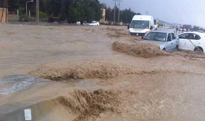 قفصة: الفيضانات تقطع حركة المرور بين تونس والجزائر