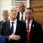 قيس سعيّد يغادر منزله نحو البرلمان وسط الزغاريد