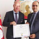 وزير التعليم العالي يمنح سلفه وسام الاستحقاق الوطني
