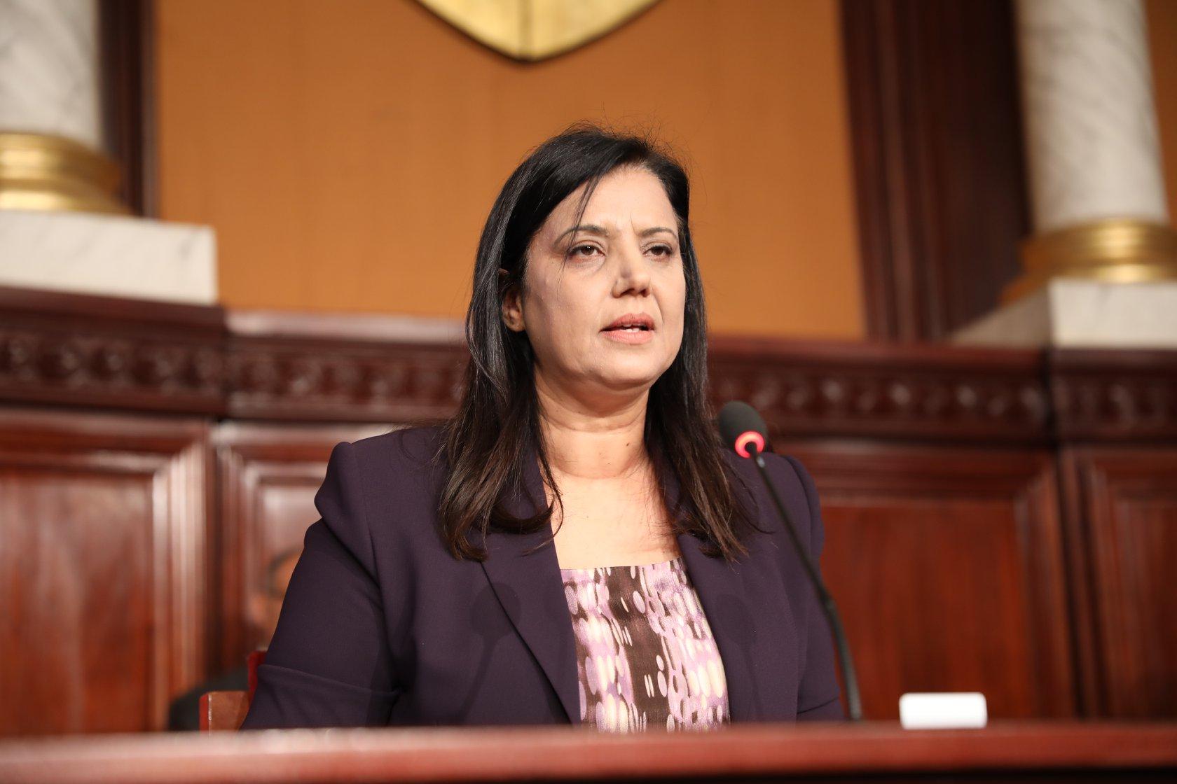 تنقلت بين 5 أحزاب: سميرة الشواشي تعتبر السياحة البرلمانية خطر على البلاد !