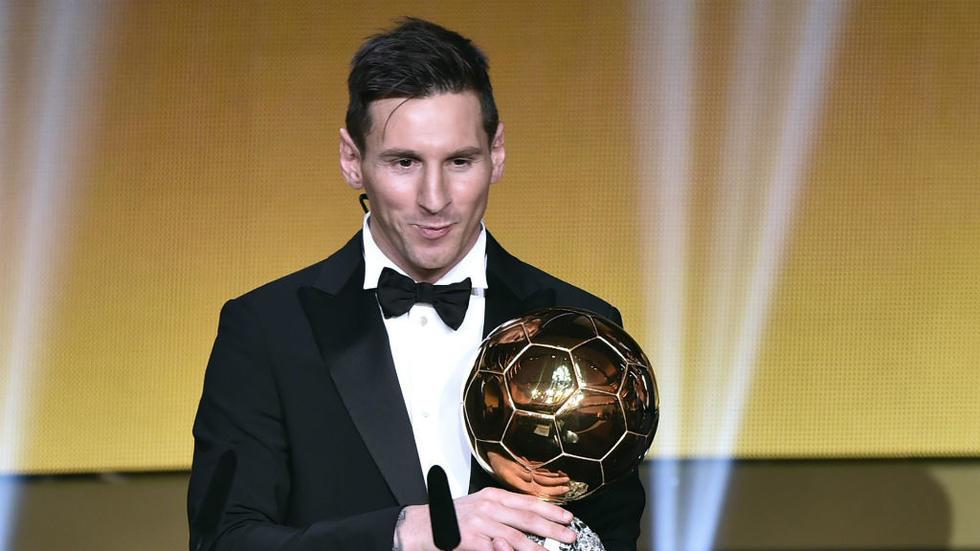 للمرة السادسة : ميسي يتوج بجائزة الكرة الذهبية