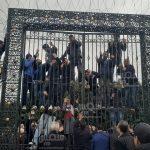 مُردّدون عبارات نابية تجاه النواب: مُحتجون يُحاولون مجددا اقتحام البرلمان