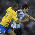 نجم البرازيل: تعمّدنا ركل ميسي للحدّ من خطورته
