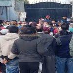 مُحتجّون في المنيهلة: كورونا أرحم من الجوع والإعانات تُوزّع بالمحسوبية