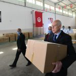 قيس سعيد يوُزع المساعدات في أحياء الضاحية الغربية للعاصمة (صور)