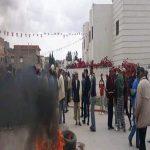 """أحدهم قال انها """"تعطى بالاكتاف"""": مُحتجون بدوار هيشر يُغلقون الطريق لعدم حصولهم على المساعدات (صور)"""