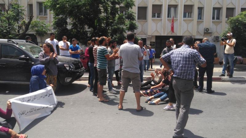 دكاترة مُعتصمون يُحاولون الانتحار أمام مقرّ الوزارة والأمن يتدخّل