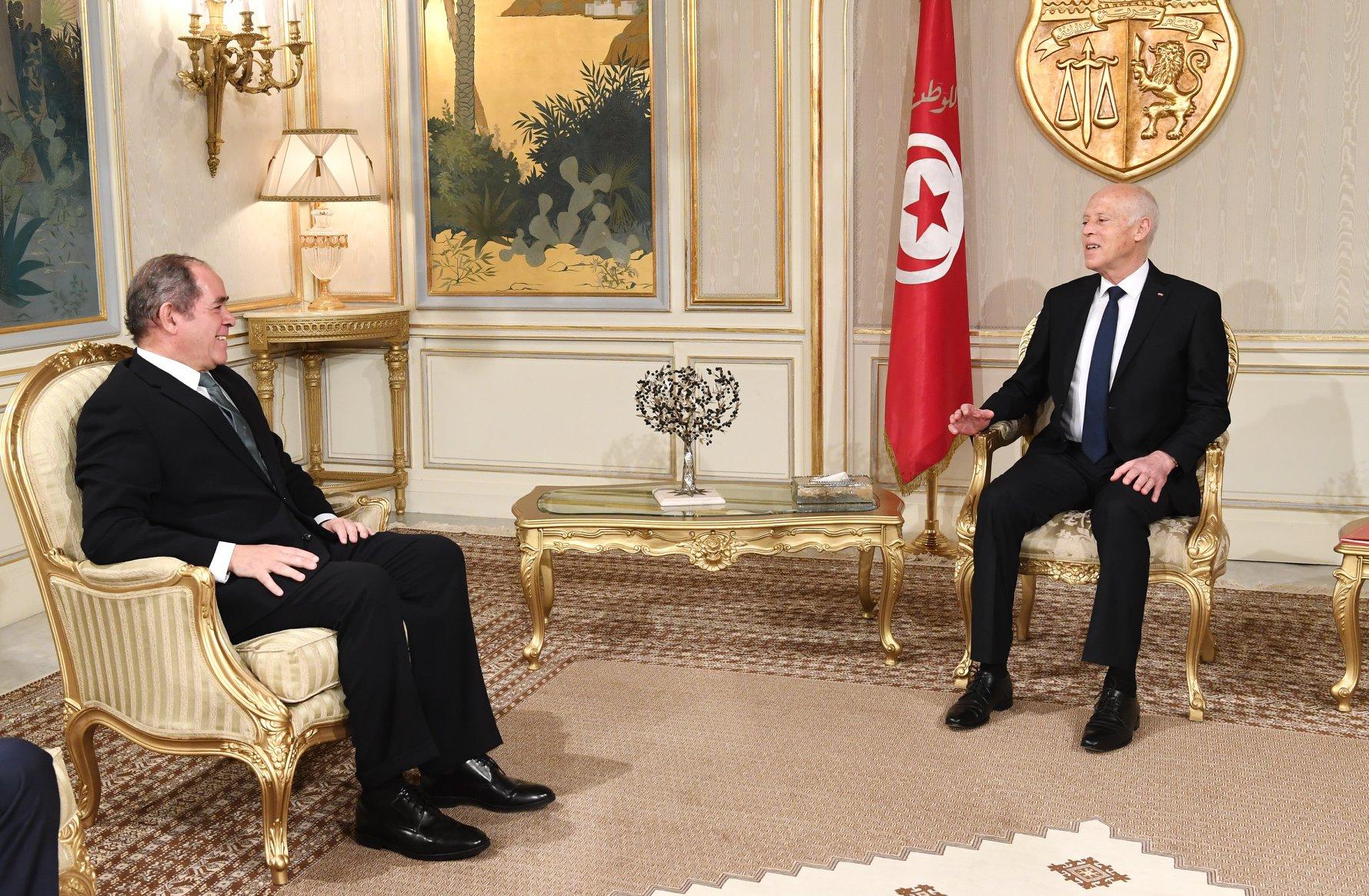 سلّمها وزير الخارجية الجزائري: رسالة من تبون لسعيّد