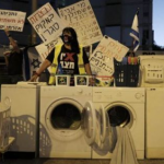 محتجون يضعون غسالات أمام منزل نتنياهو بعد فضيحة حمل ملابسه المتسخة لغسلها بواشنطن