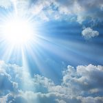 طقس اليوم: ارتفاع طفيف في درجات الحرارة وأمطار متفرقة ببعض الجهات