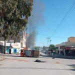 سبيطلة: الجيش يتدخل بعد اقتحام  محلات وغلق الطريق وحرق سيارة تابعة للبلدية /صور