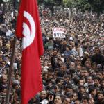 """""""لوفيغارو"""" تُقدم حصيلة الثورة: التونسيون في كل مكان يُعدّون موتاهم وسُجناء الرأي.. دمقرطة الفساد والشباب يرغبون في المنفى"""