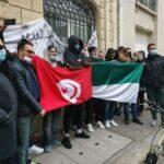 أثناء تواجد المشيشي: جماهير الشابة تحتج أمام مقرّ سفارة تونس بفرنسا