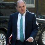 وزير الدفاع البريطاني: بإمكان الجيش توزيع 100 ألف جرعة يوميا من لقاح كورونا