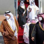 بعد قطيعة 3 سنوات: مُصافحة وعناق حارّ بين أمير قطر وولي العهد السعودي