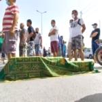 احتجاجا على الوضع الوبائي الكارثي: أهالي ولاية القيروان يحتجّون بأكفانهم على أكتافهم ويُطالبون برحيل الوالي /صور